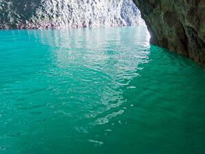沖縄でも人気のダイビングスポット「青の洞窟」の魅力とは?